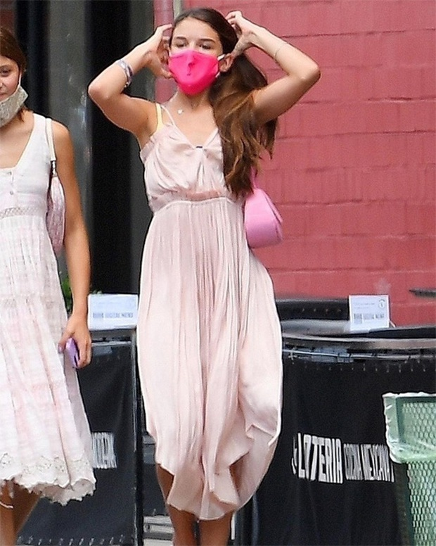 Ái nữ Suri Cruise gây sốt với bộ ảnh lên đồ điệu đà dạo phố: Ngày càng xinh xắn, lớn phổng phao, còn hào phóng đãi bạn - Ảnh 3.