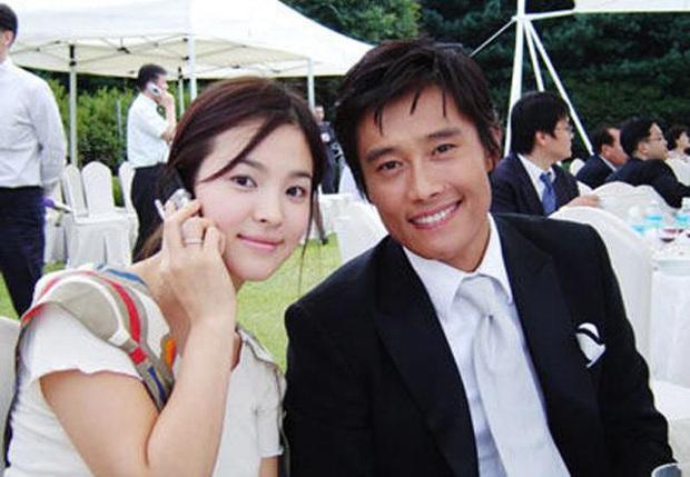 """Mặc tình cũ Song Hye Kyo dính lùm xùm tình cảm, Lee Byung Hun tình tứ nắm tay vợ minh tinh đi dự tiệc """"Train to Busan 2"""" - Ảnh 2."""