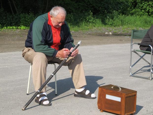 Môn thể thao kì quặc Finch Sitting: Ngồi im đếm tiếng chim hót, gây tranh cãi suốt nhiều năm vì ngược đãi động vật - Ảnh 2.