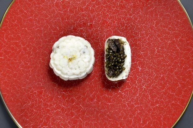 Lộ diện 1 trong những chiếc bánh Trung thu lạ nhất thế giới năm nay: nhân trứng cá tầm và nấm truffle - Ảnh 1.