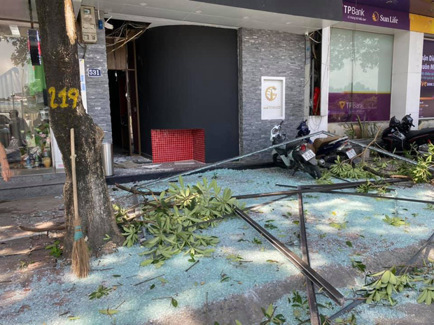 Hà Nội: Nổ lớn tại phố Kim Mã, tài xế ô tô thoát chết, 2 người bị bỏng phải nhập viện - Ảnh 1.
