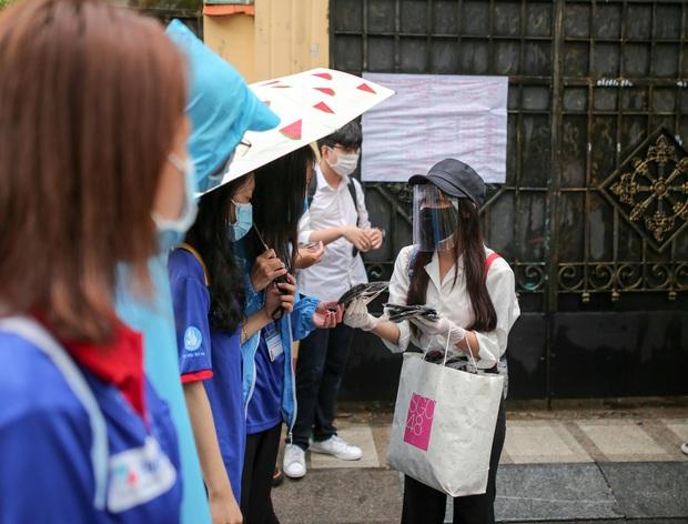Vượt qua cơn mưa chiều, SGO48 đội ô đi phát khẩu trang cho sĩ tử - Ảnh 4.