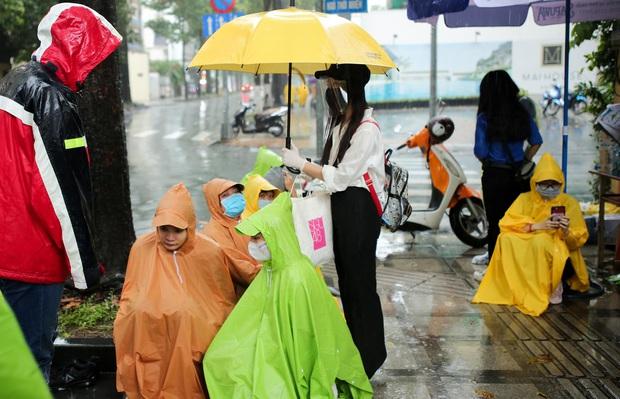 Vượt qua cơn mưa chiều, SGO48 đội ô đi phát khẩu trang cho sĩ tử - Ảnh 10.
