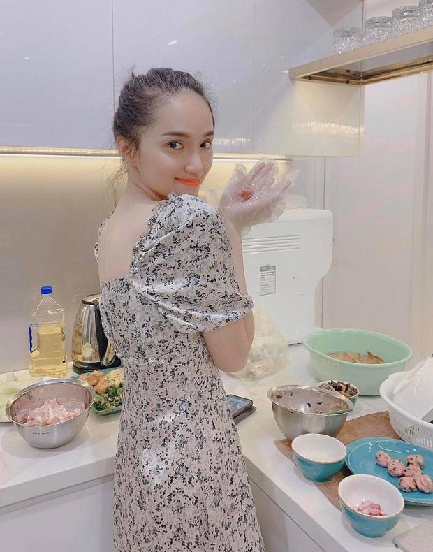 Fan bất ngờ tìm lại clip Hương Giang hướng dẫn nấu bún dọc mùng trên nền nhạc Tặng anh cho cô ấy - Ảnh 2.
