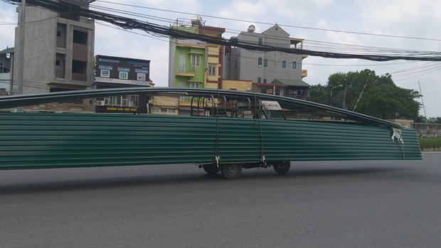 Hà Nội: Kinh hãi song hành cùng chiếc xe lạ dài ngoằng, vừa đi vừa vẫy đuôi trên đường - Ảnh 2.