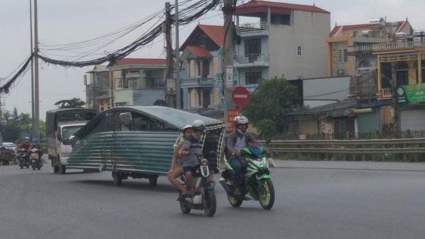 Hà Nội: Kinh hãi song hành cùng chiếc xe lạ dài ngoằng, vừa đi vừa vẫy đuôi trên đường - Ảnh 3.