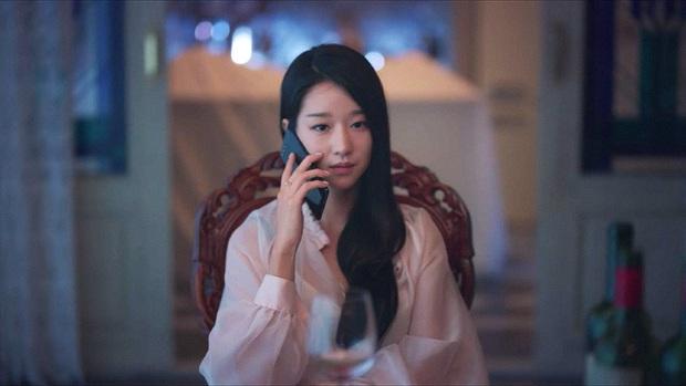 Soi chiếc smartphone lạ mắt, xịn sò của Go Moon Young trong phim Điên thì có sao - Ảnh 1.
