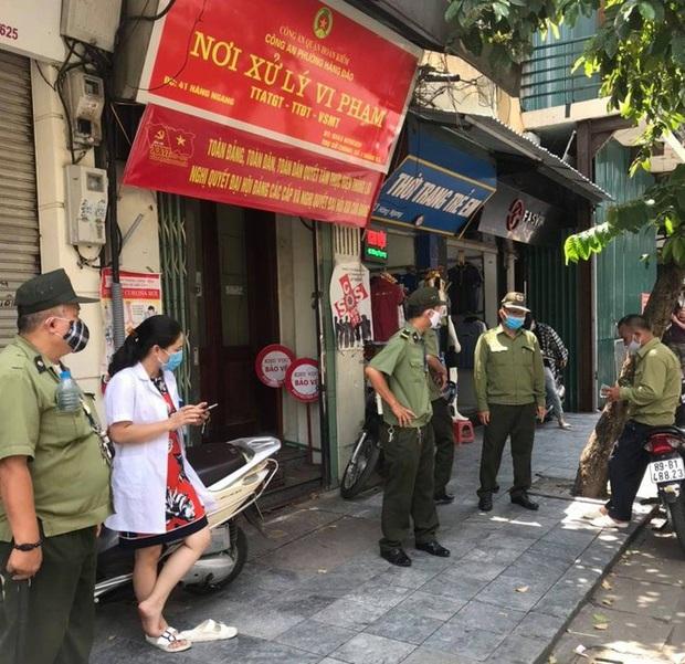 Hà Nội: Gần 30 trường hợp bị xử phạt vì không đeo khẩu trang - Ảnh 1.