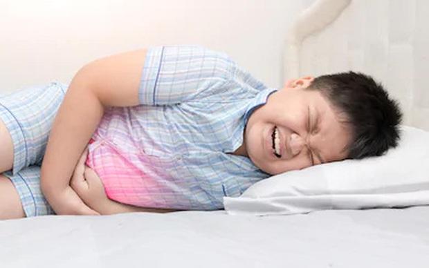 Hai bé 9 và 11 tuổi nhập viện trong tình trạng đau bụng, tiểu ra máu: Bác sĩ chẩn đoán mắc bệnh người lớn do một thói quen ăn uống tai hại - Ảnh 1.
