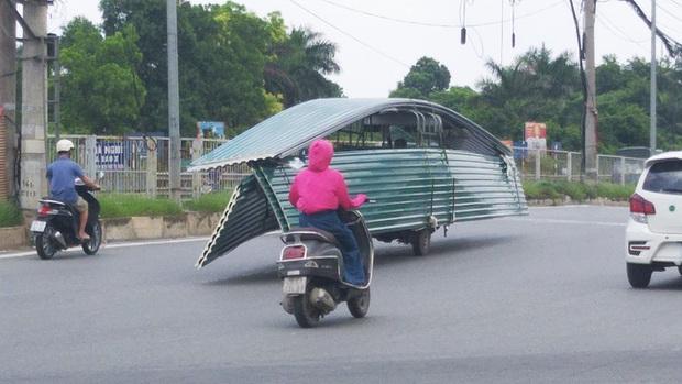 Hà Nội: Kinh hãi song hành cùng chiếc xe lạ dài ngoằng, vừa đi vừa vẫy đuôi trên đường - Ảnh 4.