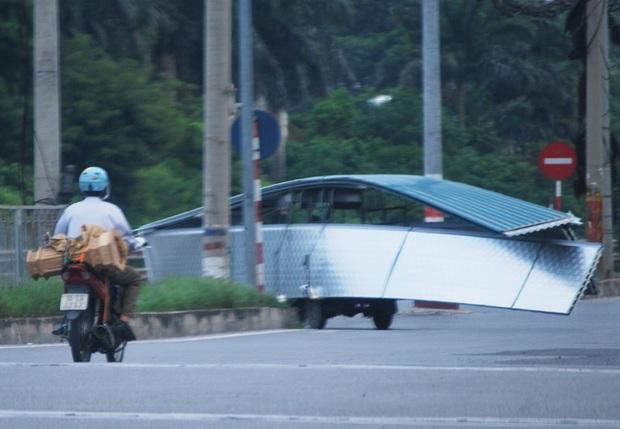 Hà Nội: Kinh hãi song hành cùng chiếc xe lạ dài ngoằng, vừa đi vừa vẫy đuôi trên đường - Ảnh 5.