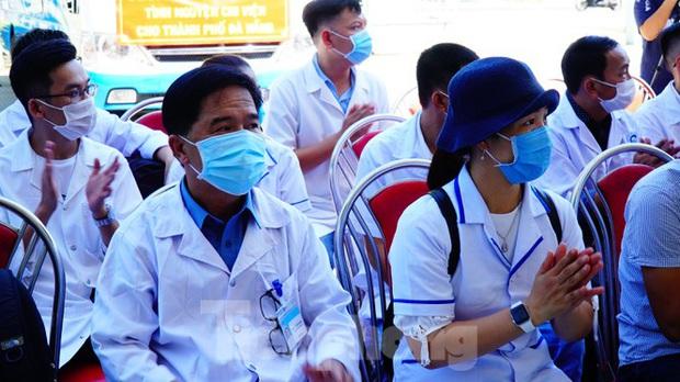 40 bác sĩ, điều dưỡng Huế xuất quân chi viện Đà Nẵng chống dịch COVID-19 - Ảnh 7.