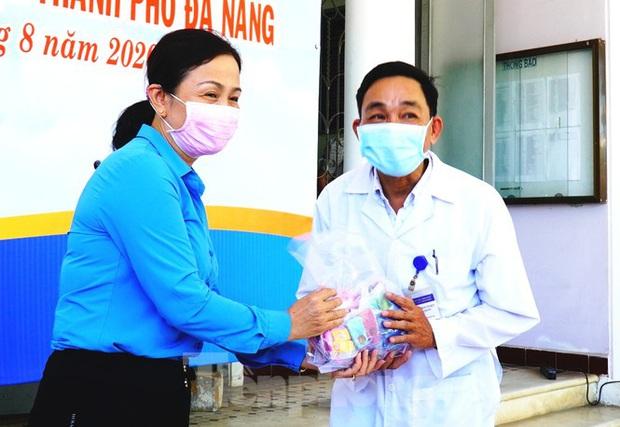 40 bác sĩ, điều dưỡng Huế xuất quân chi viện Đà Nẵng chống dịch COVID-19 - Ảnh 9.