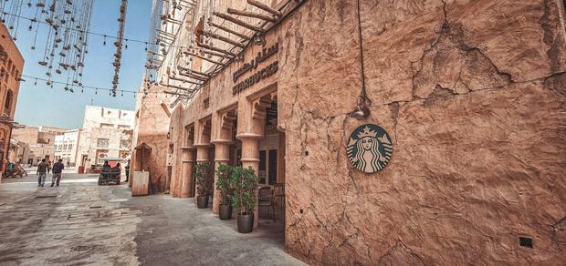 Cửa hàng Starbucks ở Dubai gây bão vì thiết kế mái lá vô cùng đặc biệt - Ảnh 2.