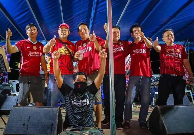 Thái Lan: Bố vợ chơi khăm, bắt con rể fan MU ăn mừng chức vô địch của đối thủ truyền kiếp mới cho cưới - Ảnh 4.