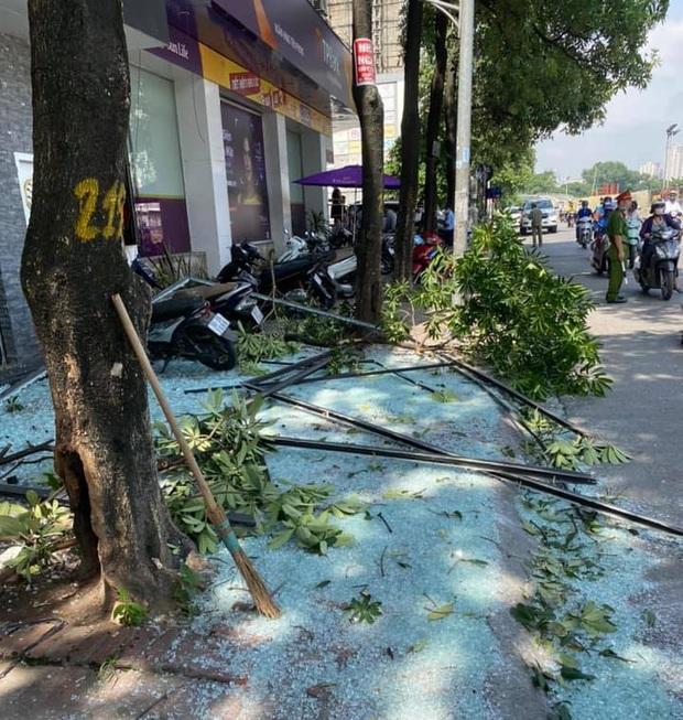 Hà Nội: Nổ lớn tại phố Kim Mã, tài xế ô tô thoát chết, 2 người bị bỏng phải nhập viện - Ảnh 2.