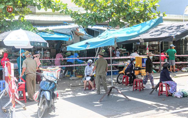 Đà Nẵng: Hàng trăm tiểu thương và người dân đi chợ được lấy mẫu xét nghiệm Covid-19 - Ảnh 2.