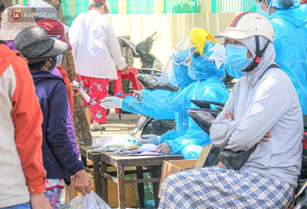 Đà Nẵng: Hàng trăm tiểu thương và người dân đi chợ được lấy mẫu xét nghiệm Covid-19 - Ảnh 4.