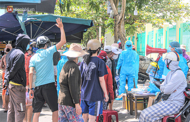 Đà Nẵng: Hàng trăm tiểu thương và người dân đi chợ được lấy mẫu xét nghiệm Covid-19 - Ảnh 3.