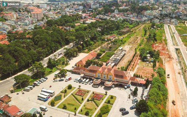 Vẻ đẹp cổ kính của ga tàu hoả gần 100 tuổi ở Đà Lạt nhìn từ trên cao - Ảnh 12.