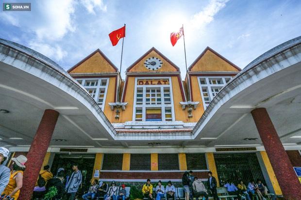 Vẻ đẹp cổ kính của ga tàu hoả gần 100 tuổi ở Đà Lạt nhìn từ trên cao - Ảnh 2.