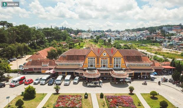 Vẻ đẹp cổ kính của ga tàu hoả gần 100 tuổi ở Đà Lạt nhìn từ trên cao - Ảnh 3.