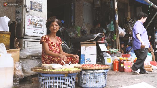 Vợ điếc, chồng mù sống trong căn nhà 1m2 giữa Sài Gòn: Bây giờ có tiền, vào viện cũng không ai chăm nuôi... - Ảnh 1.