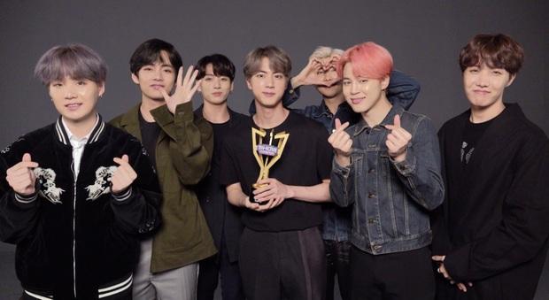 16 nghệ sĩ Kpop ẵm nhiều cúp trên show âm nhạc nhất: BTS thua cả TWICE, BLACKPINK lập kỷ lục nhóm nữ năm 2020 nhưng vắng mặt - Ảnh 26.