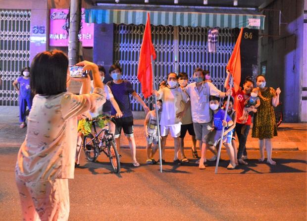 Đà Nẵng: Người dân cùng y bác sĩ vỗ tay hát Như có Bác Hồ trong ngày vui đại thắng trong giây phút dỡ bỏ cách ly - Ảnh 6.