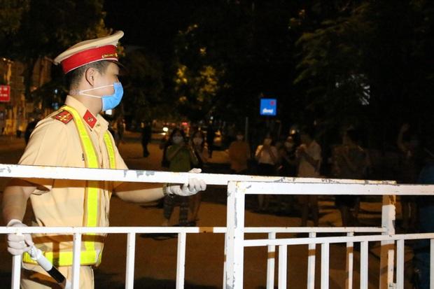 Đà Nẵng: Người dân cùng y bác sĩ vỗ tay hát Như có Bác Hồ trong ngày vui đại thắng trong giây phút dỡ bỏ cách ly - Ảnh 2.