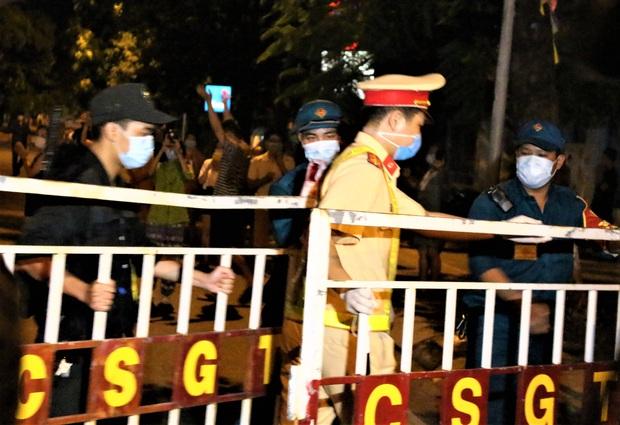 Đà Nẵng: Người dân cùng y bác sĩ vỗ tay hát Như có Bác Hồ trong ngày vui đại thắng trong giây phút dỡ bỏ cách ly - Ảnh 3.