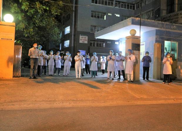 Đà Nẵng: Người dân cùng y bác sĩ vỗ tay hát Như có Bác Hồ trong ngày vui đại thắng trong giây phút dỡ bỏ cách ly - Ảnh 8.