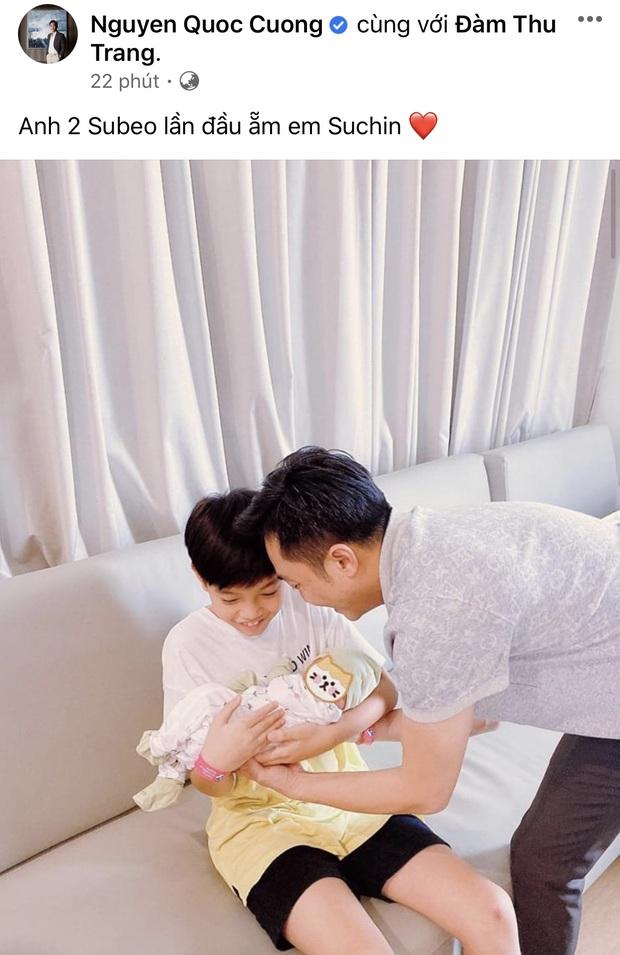 Cường Đô La khoe khoảnh khắc Subeo ẵm em gái vừa chào đời, biểu cảm của quý tử khiến dân tình lụi tim - Ảnh 2.