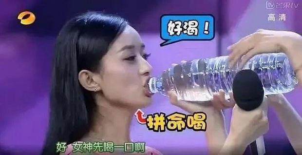 Cnet soi thói quen ăn uống xấu tính của Triệu Lệ Dĩnh: Khoắng đũa xới tung đồ ăn, vô tư tu nước kém duyên - Ảnh 7.