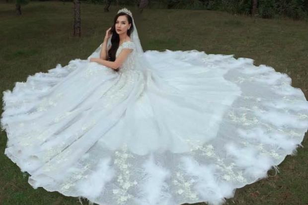 Sau 4 tháng lộ ảnh tình tứ với trai lạ ở sân bay, MC Minh Hà bất ngờ khoe ảnh mặc váy cưới - Ảnh 1.