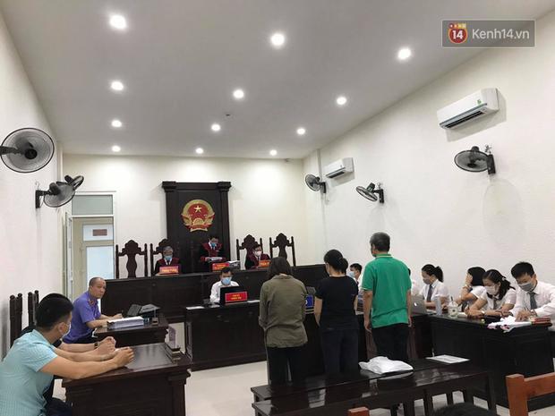 Xử phúc thẩm vụ học sinh trường Gateway tử vong trên xe đưa đón: Bị cáo Nguyễn Bích Quy và Doãn Quý Phiến quay lại xin lỗi gia đình bị hại - Ảnh 2.