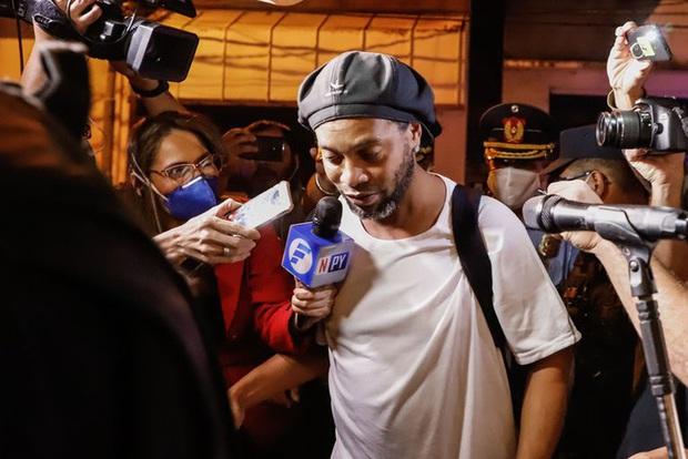 Ronaldinho bị tố tiệc tùng thâu đêm cùng dàn chân dài trong quãng thời gian bị quản thúc: Họ hát hò, nhún nhảy tới tận sáng - Ảnh 1.
