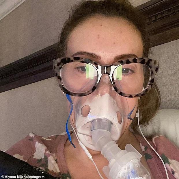 Mỹ nhân Phép thuật Alyssa Milano gây sốc vì màn chải đầu ra mảng tóc, xót xa vì biến chứng khi mắc COVID-19 - Ảnh 6.