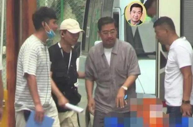 Xót xa hình ảnh Càn Long Trương Quốc Lập tiều tụy, phải có người dìu đỡ, vất vả đi làm 18 giờ/ ngày ở tuổi 65 - Ảnh 2.