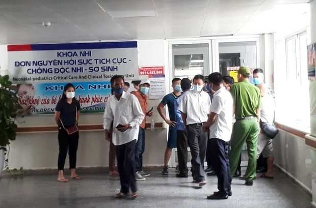 Bé gái tử vong bất thường sau sinh, người nhà vây bệnh viện - Ảnh 1.
