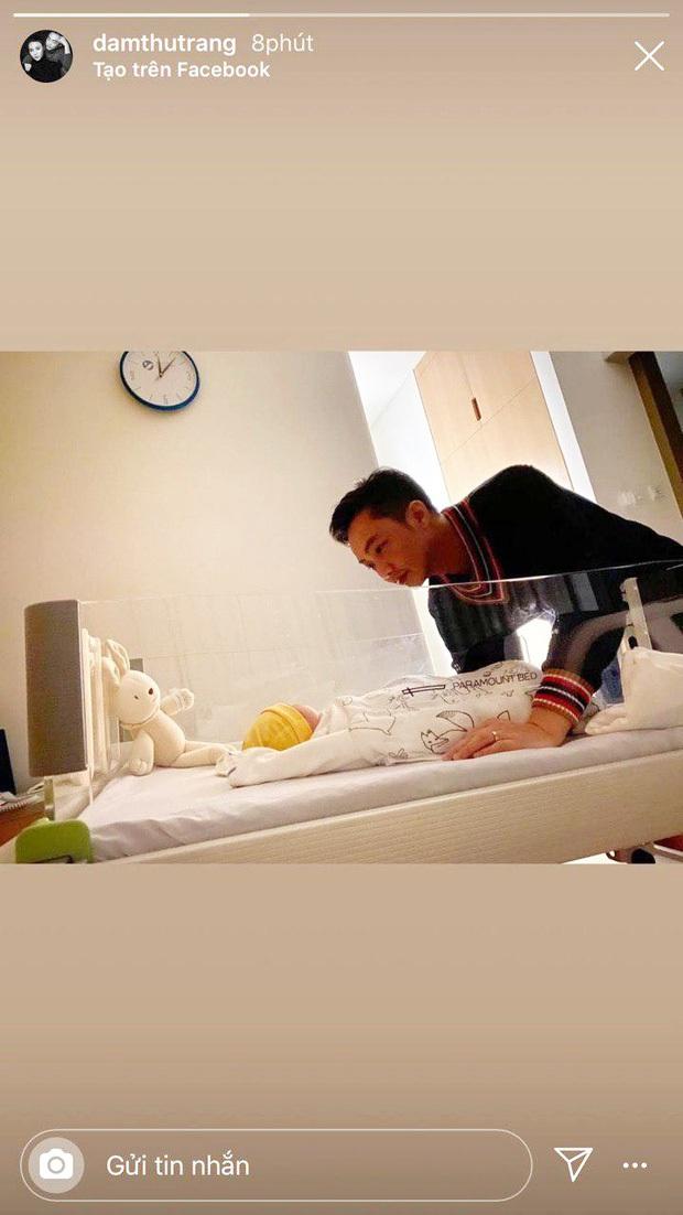 Cường Đô La khoe khoảnh khắc Subeo ẵm em gái vừa chào đời, biểu cảm của quý tử khiến dân tình lụi tim - Ảnh 4.