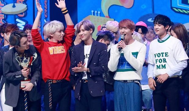 16 nghệ sĩ Kpop ẵm nhiều cúp trên show âm nhạc nhất: BTS thua cả TWICE, BLACKPINK lập kỷ lục nhóm nữ năm 2020 nhưng vắng mặt - Ảnh 11.