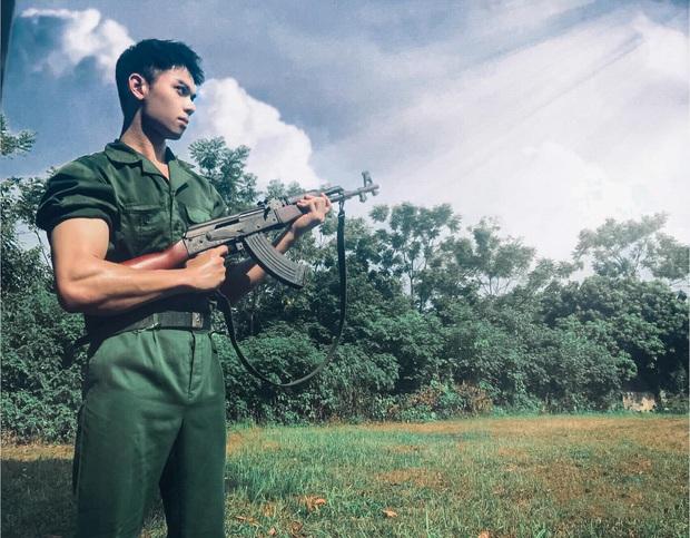 Cứ nghĩ học quân sự là mệt mỏi, xấu xí nhưng dàn cực phẩm đến từ ĐH Hà Nội chứng minh điều ngược lại - Ảnh 1.