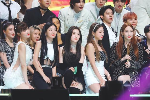 Màn đọ sắc hiếm có tại lễ trao giải xứ Hàn: Nam idol kém tiếng lại sáng bừng giữa cả dàn nữ thần Kpop - Ảnh 5.