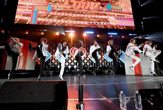 Jin (BTS) vẫn thần thái bất chấp vũ đạo cực bốc trong khi Jungkook, Jimin, V mặt méo xệch, tài năng ẩn dật của trai đẹp toàn cầu đấy! - Ảnh 3.