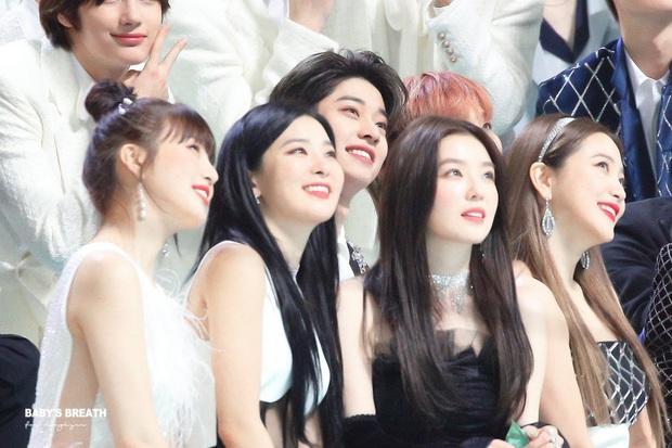 Màn đọ sắc hiếm có tại lễ trao giải xứ Hàn: Nam idol kém tiếng lại sáng bừng giữa cả dàn nữ thần Kpop - Ảnh 3.
