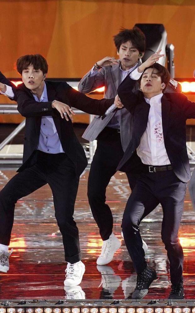 Jin (BTS) vẫn thần thái bất chấp vũ đạo cực bốc trong khi Jungkook, Jimin, V mặt méo xệch, tài năng ẩn dật của trai đẹp toàn cầu đấy! - Ảnh 10.