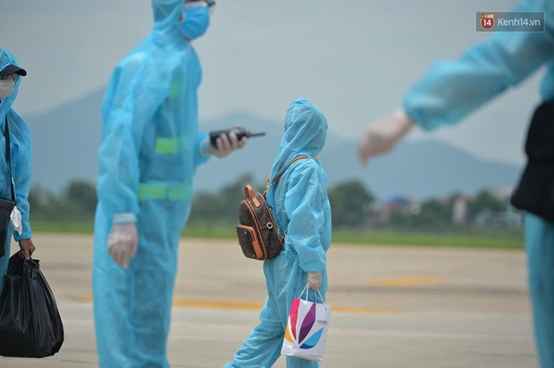 Ảnh, clip: Chuyến bay đầu tiên đưa hành khách từ Đà Nẵng về Hà Nội - Ảnh 4.
