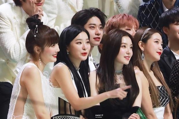 Màn đọ sắc hiếm có tại lễ trao giải xứ Hàn: Nam idol kém tiếng lại sáng bừng giữa cả dàn nữ thần Kpop - Ảnh 2.