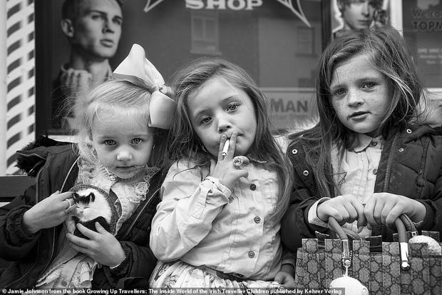 Trẻ em phì phèo điếu thuốc, make-up đậm, đeo túi hiệu và những nét văn hoá độc đáo đầy ấn tượng của dân du mục ngay giữa lòng Ireland - Ảnh 1.